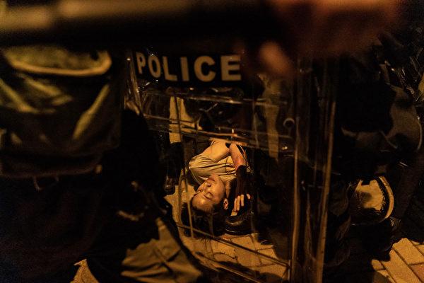 2019年10月3日,一名港民在太古地鐵站外遭警方逮捕。(Anthony Kwan/Getty Images)