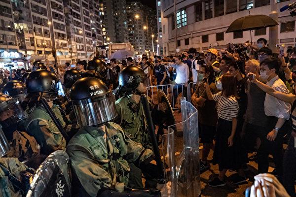 2019年10月3日,防暴警察將民眾驅離太古地鐵站。(Anthony Kwan/Getty Images)