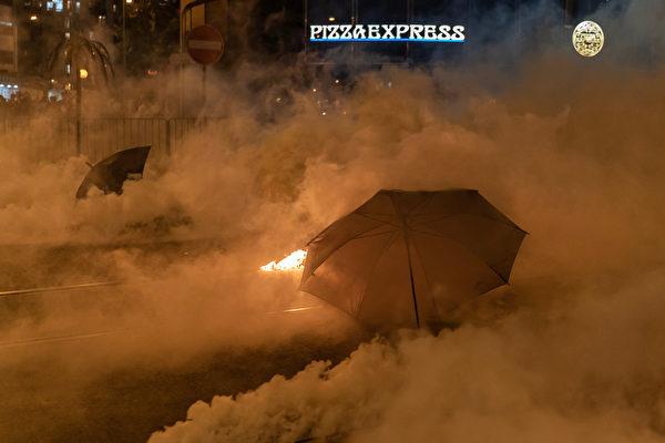 2019年10月3日,防暴警察發射催淚彈,民眾用雨傘抵禦。(Anthony Kwan/Getty Images)