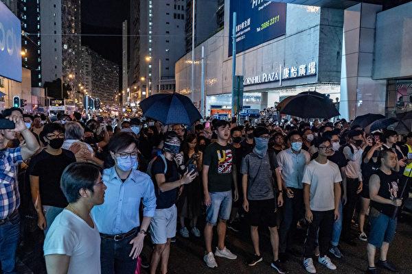 2019年10月3日,大批港民在太古地鐵站外聚集。(Anthony Kwan/Getty Images)