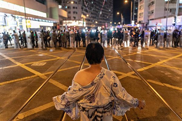 2019年10月3日,一名民眾站立在太古地鐵站外的警戒線前。(Anthony Kwan/Getty Images)