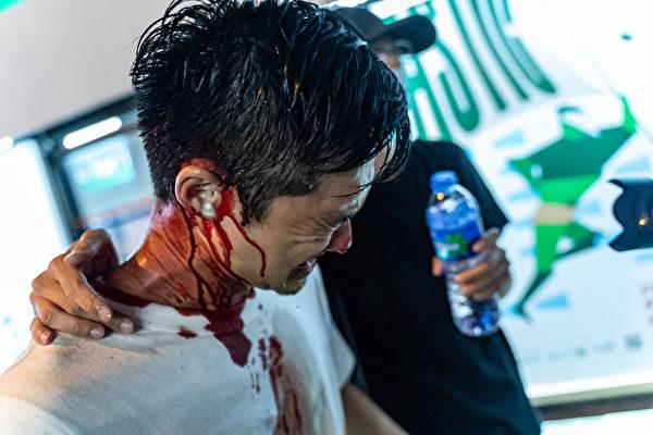 2019年10月3日,一名港民在太古地鐵站外被警察毆打受傷。(Anthony Kwan/Getty Images)