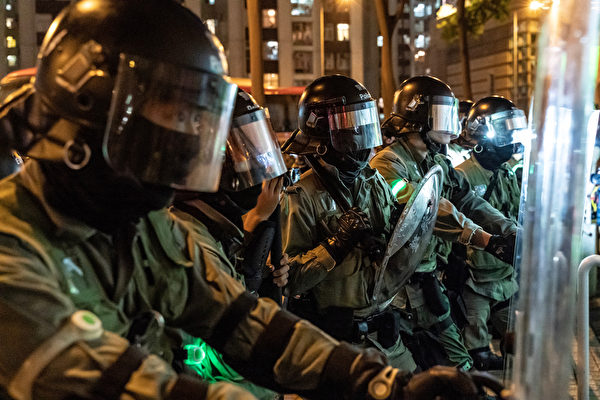 2019年10月3日,防暴警察在太古地鐵站外拿著盾牌。(Anthony Kwan/Getty Images)