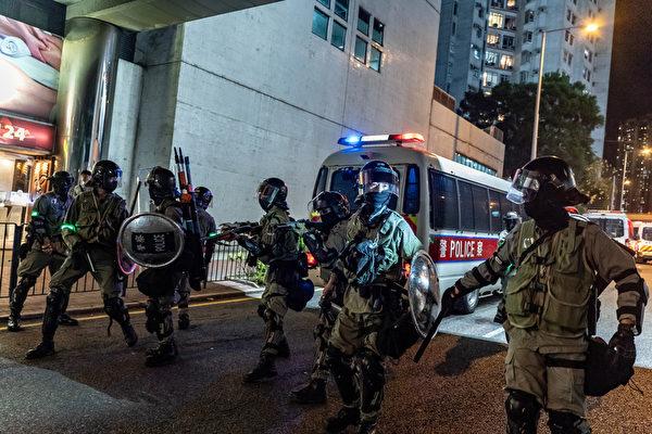 2019年10月3日,防暴警察在太古地鐵站外。(Anthony Kwan/Getty Images)