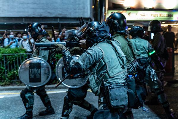 2019年10月3日,防暴警察在太古地鐵站外瞄準催淚彈發射器。(Anthony Kwan/Getty Images)