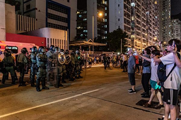 2019年10月3日,港民與防暴警察在太古地鐵站外對峙。(Anthony Kwan/Getty Images)