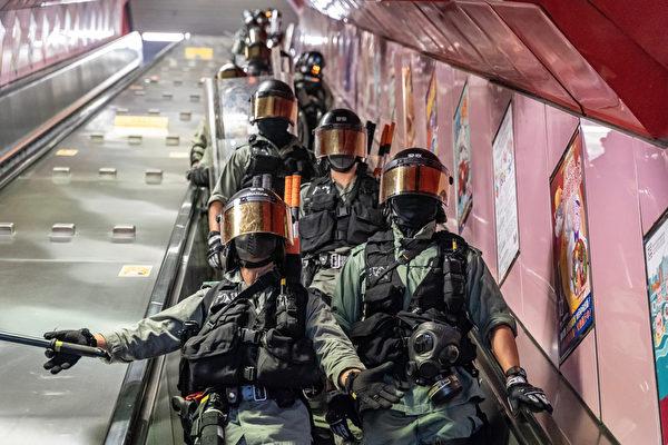 2019年10月3日,防暴警察進駐太古地鐵站港鐵站內戒備。(Anthony Kwan/Getty Images)