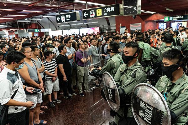 2019年10月3日,防暴警察在太古地鐵站內戒備。(Anthony Kwan/Getty Images)