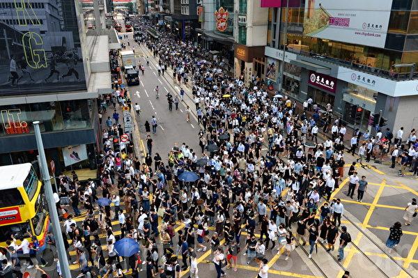 2019年10月4日,香港民間在中環發起「反緊急法遊行」,表達反對《禁蒙面法》及表達「五大訴求 缺一不可」的要求。(宋碧龍/大紀元)