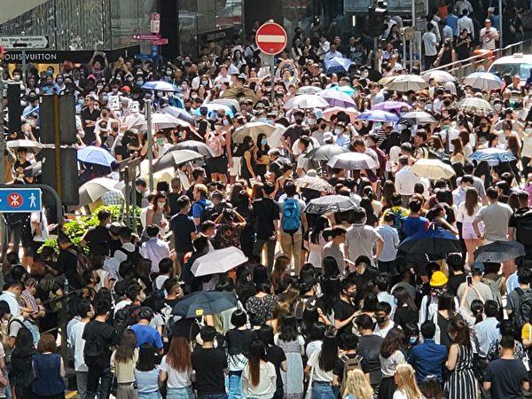 2019年10月4日,中環戴口罩快閃遊行,隊伍到了中環,反對《禁蒙面法》。(駱亞/大紀元)