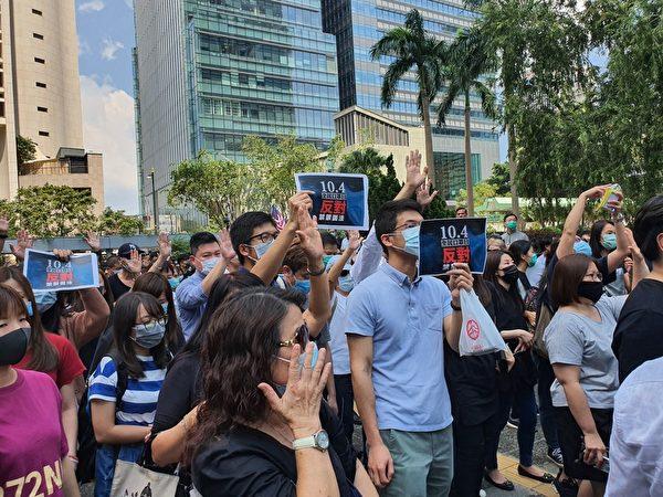 2019年10月4日,香港民間在中環發起「反緊急法遊行」,表達反對《禁蒙面法》及表達「五大訴求 缺一不可」的要求。(孫明國/大紀元)