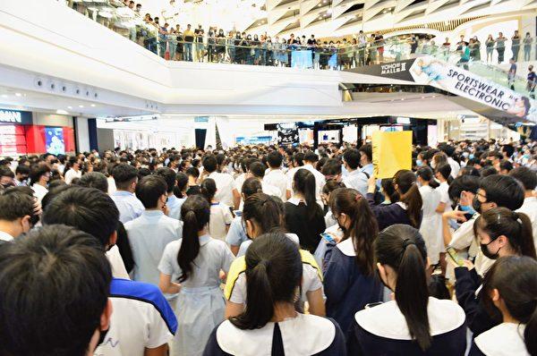 2019年10月4日,香港學生聚集在元朗Yoho商場,堅持五大訴求及反《禁蒙面法》。(余天祐/大紀元)