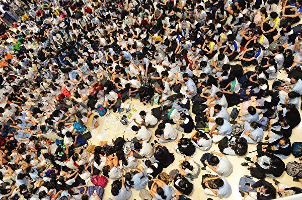 2019年10月4日,香港民眾聚集在元朗Yoho商場。(余天祐/大紀元)