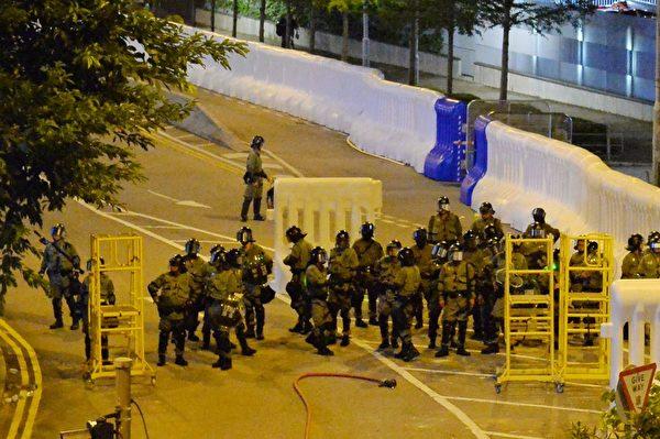 2019年10月4日晚,金鐘政府總部有防暴警察駐守。(宋碧龍/大紀元)