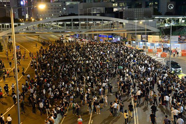 2019年10月4日晚,抗爭者已遊行到金鐘夏愨道。(宋碧龍/大紀元)