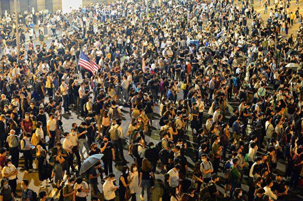 2019年10月4日晚,香港民眾已遊行到金鐘夏愨道。(宋碧龍/大紀元)
