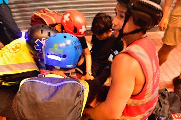 2019年10月4日,香港市民在元朗大馬路中彈。(余天祐/大紀元)