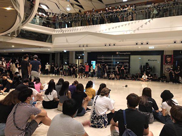 2019年10月4日晚上,元朗Yoho八時後大合唱。(余天祐/大紀元)