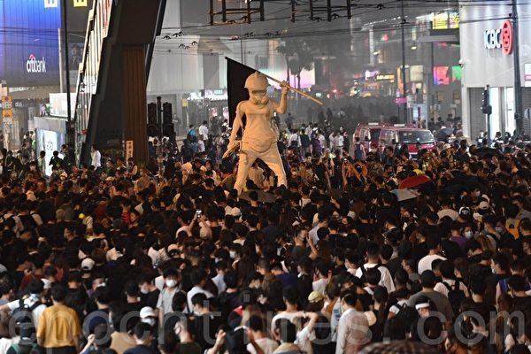 2019年10月4日,銅鑼灣鵝頸橋下聚集民眾與反送中英雄公仔。(文瀚林/大紀元)