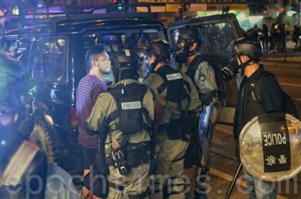 2019年10月4日,在銅鑼灣有民眾被警察搜車。(宋碧龍/大紀元)