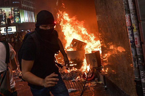 2019年10月4日,抗議民眾在香港銅鑼灣地鐵站入口焚燒物品。(MOHD RASFAN/AFP via Getty Images)