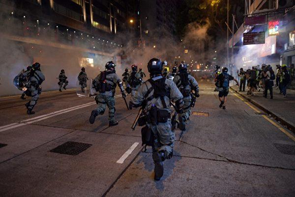 2019年10月4日,防暴警察追趕抗爭者。(NICOLAS ASFOURI/AFP via Getty Images)