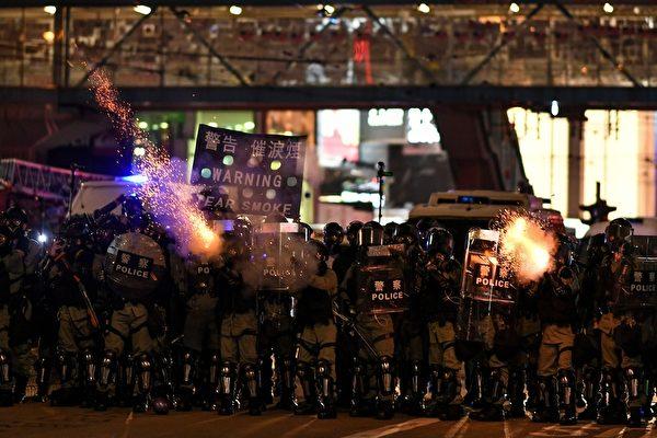 2019年10月4日,防暴警察向銅鑼灣地區的抗爭者發射催淚彈。(MOHD RASFAN/AFP via Getty Images)