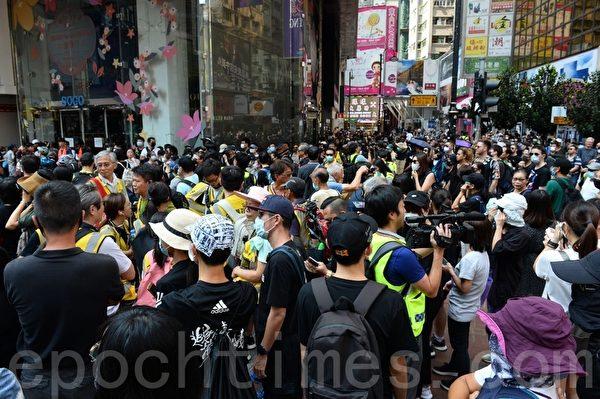 2019年10月5日,香港民眾發起「全民蒙面遊行」,抗議《禁蒙面法》。銅鑼灣SOGO百貨。(宋碧龍/大紀元)