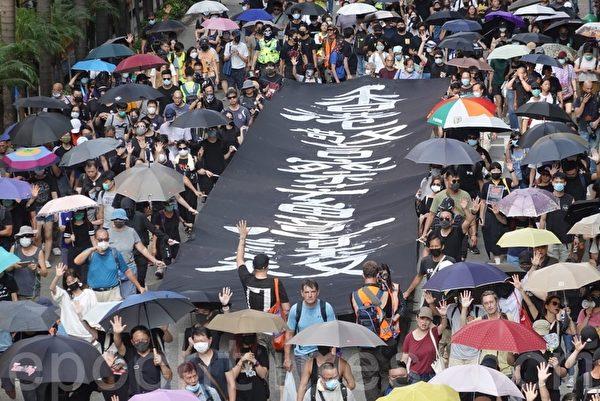 2019年10月5日,香港民眾港島遊行,銅鑼灣SOGO起步到中環遮打花園抗議《禁蒙面法》。(余鋼/大紀元)