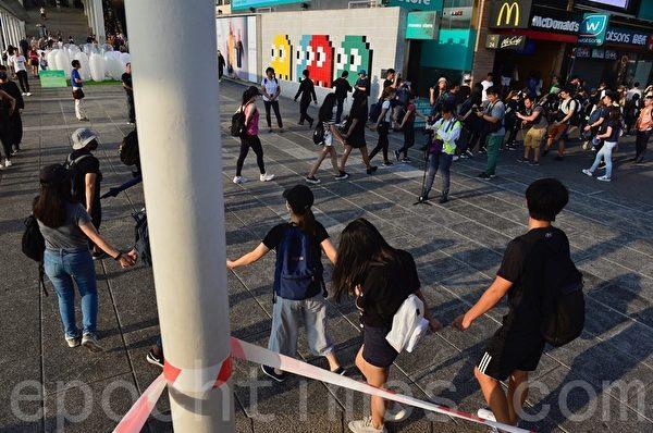 2019年10月5日,香港民眾發起港島遊行,尖沙咀民眾去尖沙咀碼頭再去廣東道組人鏈。(余天祐/大紀元)