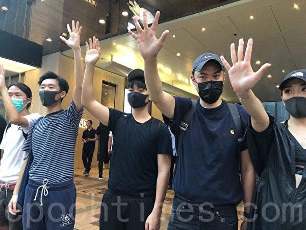 2019年10月5日,香港民眾發起港島遊行,圖為廣東道組人鏈,民眾伸出五個手指表達「五大訴求 缺一不可」。(余天祐/大紀元)