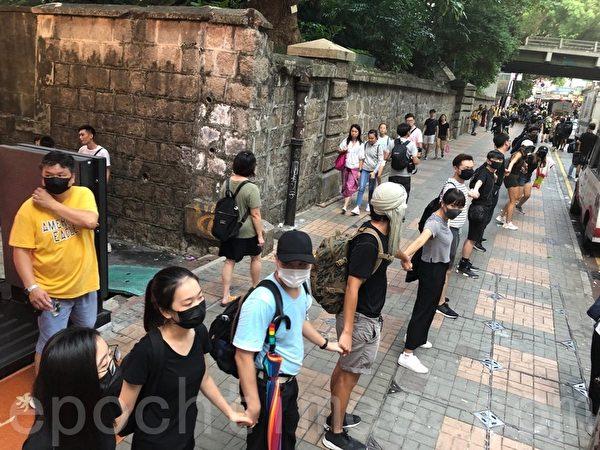 2019年10月5日,香港民眾發起港島遊行,圖為海防道組人鏈。(余天祐/大紀元)