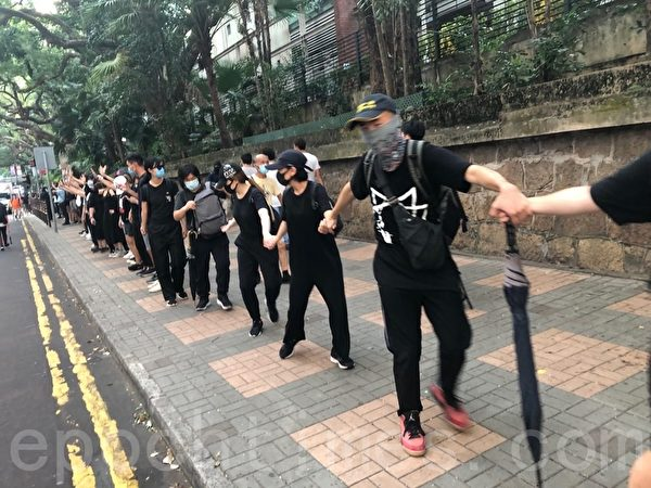 2019年10月5日,香港民眾發起港島遊行,海防道組人鏈。(余天祐/大紀元)