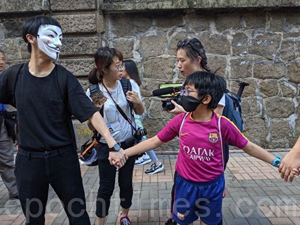 2019年10月5日,香港民眾發起港島遊行,尖沙咀組人鏈。(黃曉翔/大紀元)