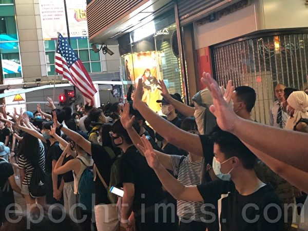 2019年10月5日,香港民眾發起港島遊行,圖為佐敦彌敦道人鏈,民眾伸出五個手指表達「五大訴求 缺一不可」。(余天祐/大紀元)