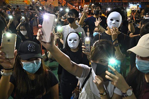 2019年10月5日,香港民眾發起港島遊行。圖為深水埗區民眾點亮了手機。(PHILIP FONG/AFP via Getty Images)