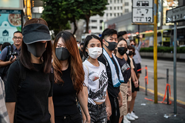 2019年10月5日,香港民眾發起港島遊行,圖為油麻地組人鏈。(Laurel Chor/Getty Images)