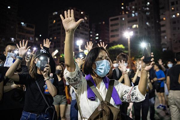 2019年10月5日,香港民眾發起港島遊行。圖為深水埗區,民眾伸出五個手指表達「五大訴求 缺一不可」。(Laurel Chor/Getty Images)