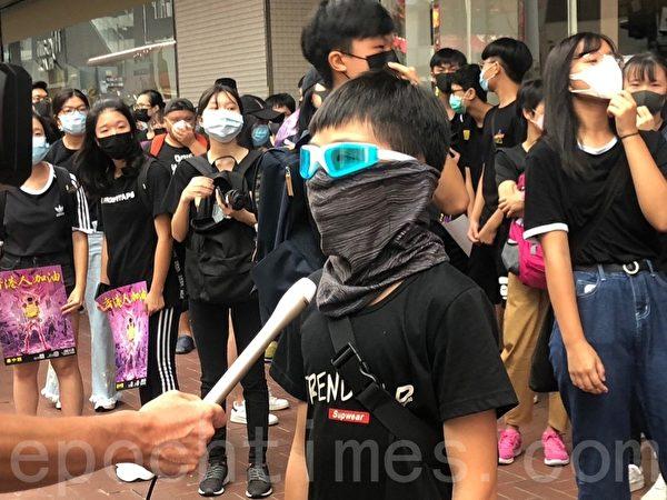 2019年10月6日,「追究警暴 守護記者-立即起訴開槍警察」集會。銅鑼灣 SOGO。11歲小學生也上街。(余天祐/大紀元)