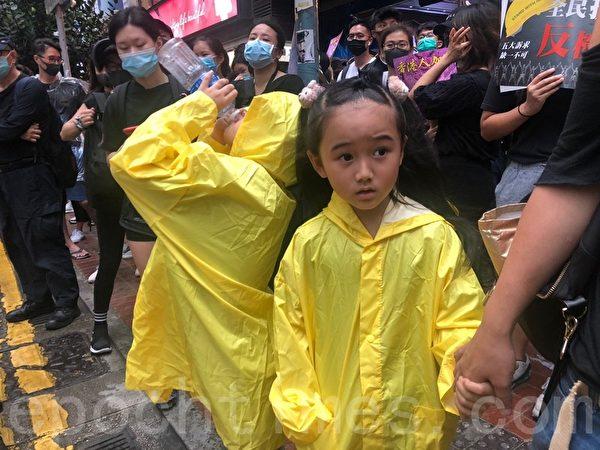2019年10月6日,「追究警暴 守護記者-立即起訴開槍警察」集會。銅鑼灣 SOGO。7歲小朋友也上街,說政府很離譜。(余天祐/大紀元)