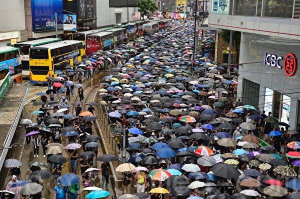 2019年10月6日,港人在港島及九龍舉行「反緊急法」大遊行。圖為遊行隊伍行經銅鑼灣鵝頸橋附近。(余天祐/大紀元)
