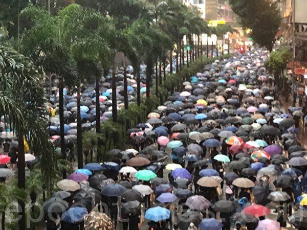 2019年10月6日,港人在港島及九龍舉行「反緊急法」大遊行。圖為港島的遊行隊伍行經灣仔軒尼詩道柯布連道天橋附近。(余天祐/大紀元)