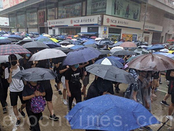 2019年10月6日,港人在港島及九龍舉行「反緊急法」大遊行。圖為九龍區大遊行,隊伍行經裕華國貨。(黃曉翔/大紀元)