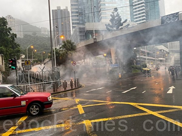 2019年10月6日,港人進行反緊急法大遊行。灣仔警察發射催淚彈。(駱亞/大紀元)