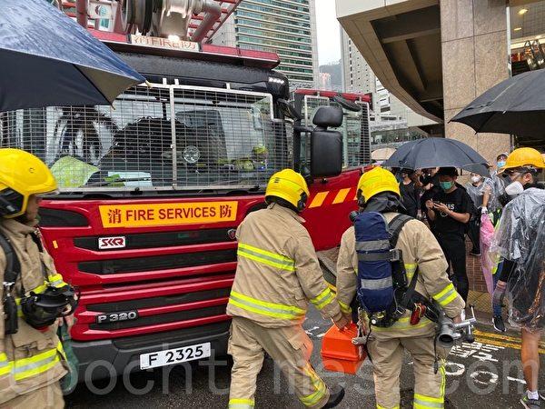 2019年10月6日,【反對緊急法百萬大遊行】。抗議者金鐘設置路障,卻遇到了很多救護車 。(駱亞/大紀元)