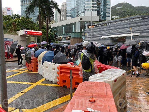 2019年10月6日,【反對緊急法百萬大遊行】。抗議者金鐘設置路障 。(駱亞/大紀元)