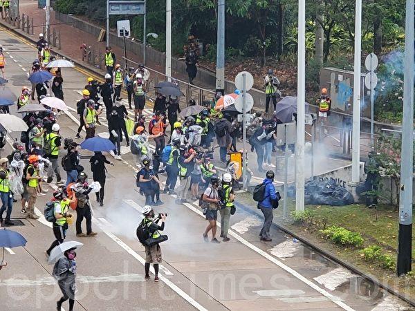2019年10月6日,【反對緊急法百萬大遊行】抗議者在灣仔。金鐘軒尼詩道警察發射催淚彈。(宋碧龍/大紀元)
