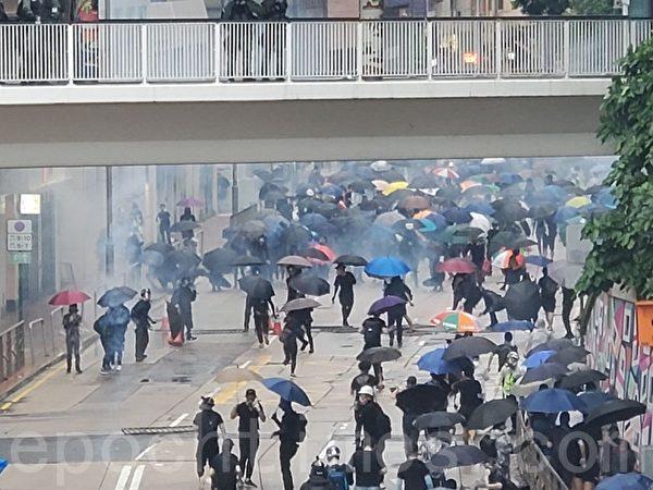 2019年10月6日,【反對緊急法百萬大遊行】抗議者在灣仔。警察總署後方發射催淚彈。(宋碧龍/大紀元)