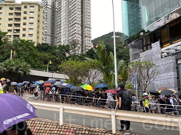 2019年10月6日,【反對緊急法百萬大遊行】金鐘催淚彈漫天飛,抗議者被迫撤離。(駱亞/大紀元)