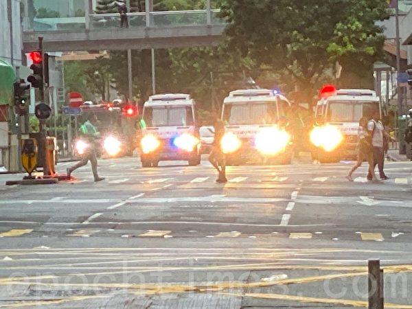 2019年10月6日,【反對緊急法百萬大遊行】大批警力後方待命,先前部隊看一圈走回警車處。位置是軒尼詩道與分域街處。(駱亞/大紀元)
